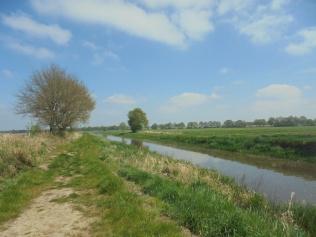 Bijvoetpad: langs het kanaal