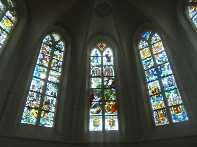 Glas-in-lood ramen in het kerkje van Rolde
